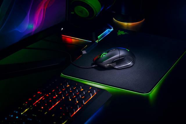 Razer Basilisk - игровая мышь на рабочем месте