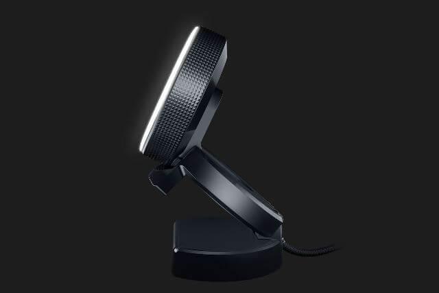 Razer Kiyo - веб-камера стоит на столе