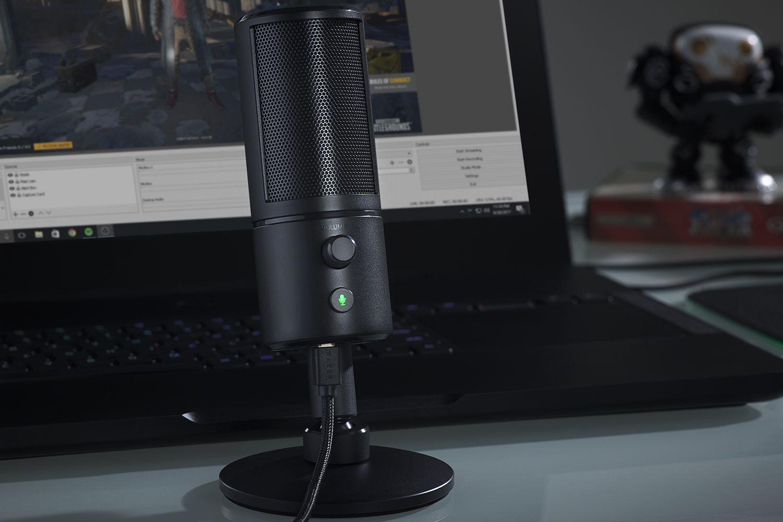 Razer Seiren X - микрофон на столе и готов к работе