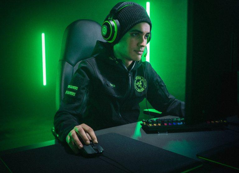Киберспортсмен Taco играет с мышью Razer Viper