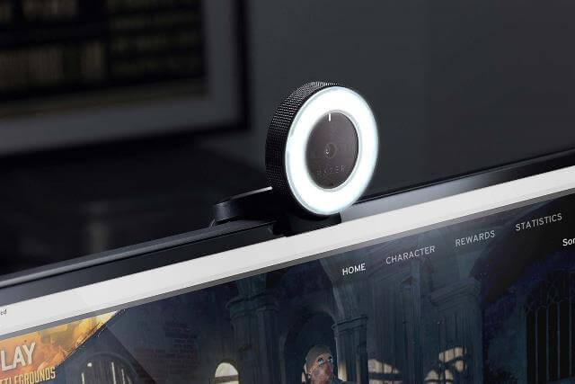 Razer Kiyo - установлена на мониторе, вид под углом