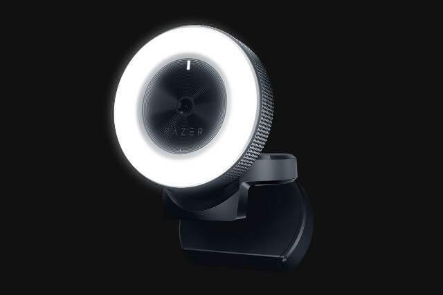 Razer Kiyo - веб-камера установлена на столе
